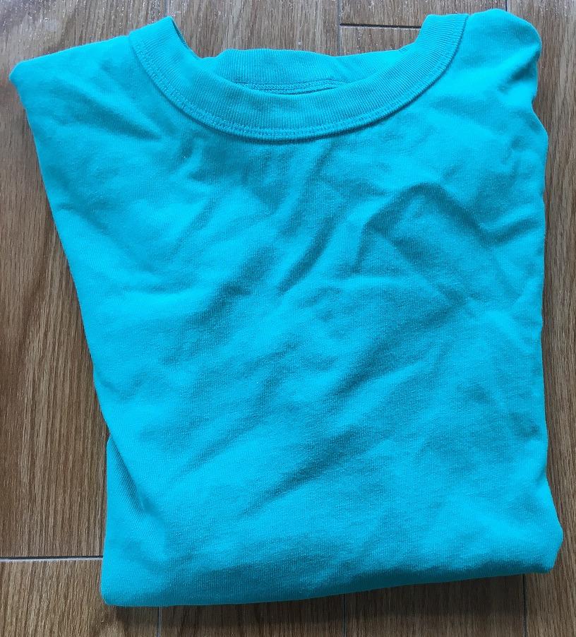 ターコイズブルーのTシャツ
