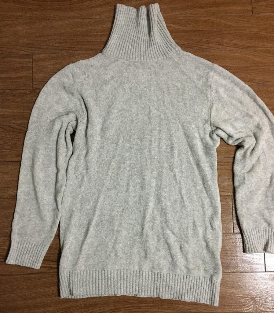 ライトグレーのタートルネックセーター