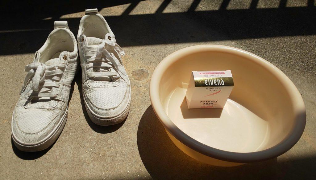 桶と靴とベランダの画像