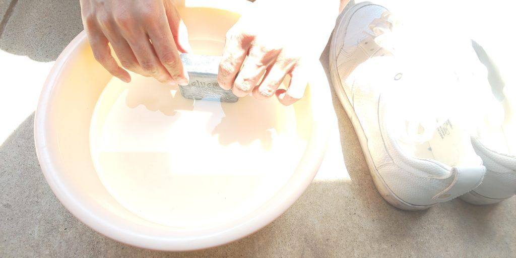 石鹸を水にいている様子