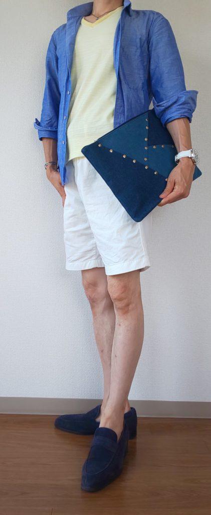 ブルー系シャツ+アクセントカラーTシャツ+ショートパンツコーデの写真