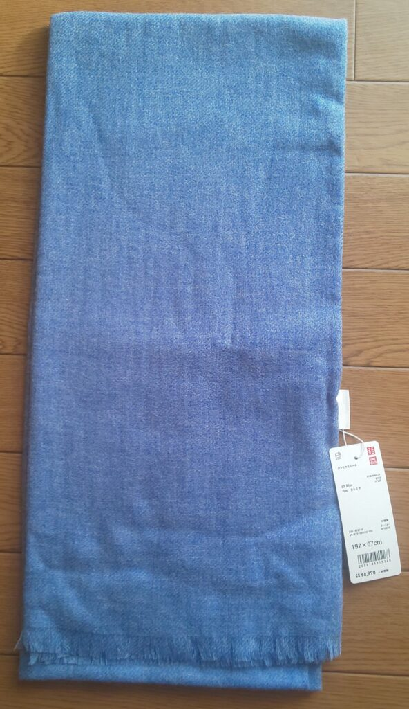 ユニクロ カシミヤストール ブルー 4,990円(税抜)